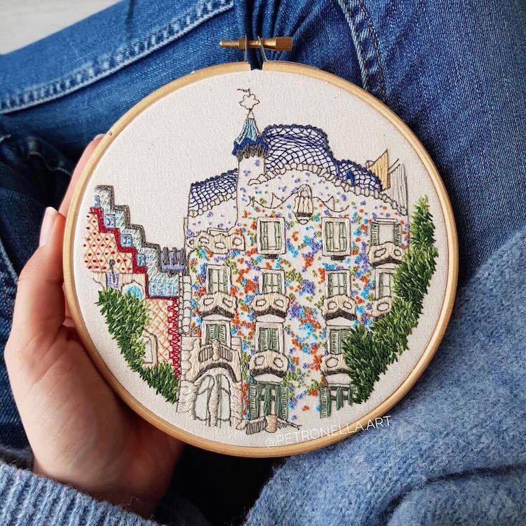 Artistas viajeros inmortalizan la arquitectura europea a través del bordado