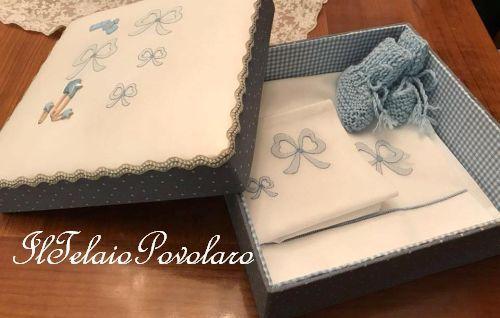 Ed ancora una scatola cucita  per i lenzuolini del bebè, con fiocchi a punto ombra