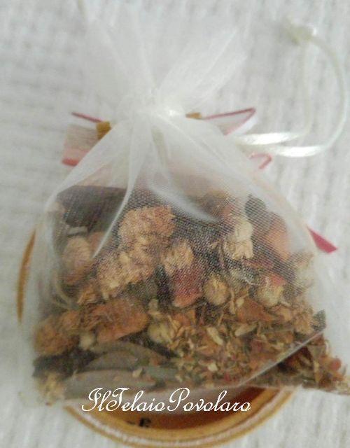 Un  ricamino su un telaietto nasconde  un  piccolo  sacchetto  con pot-pourri  dalle deliziose fragranze