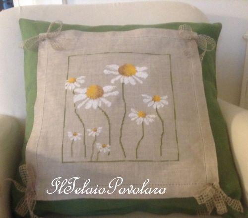 Un cuscino...   tante magherite tutte apunto croce su lino naturale