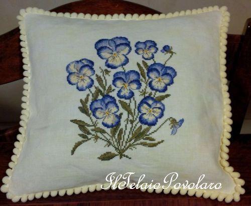 Ed un ultimo cuscino con una fioritissima pianta di  #VIOLEdelPENSIERO a punto croce su #LINOvintage