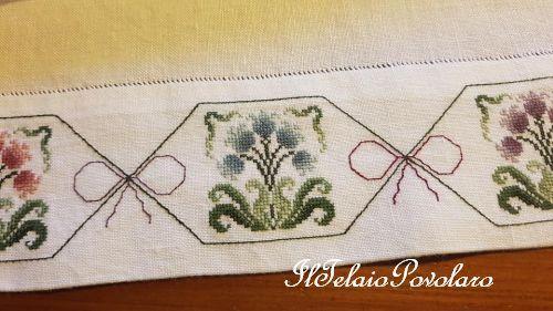 Una coppia di #asciugamani in lino bianco con un alto bordo alla base, giusto per ricamarci i fiori di #RenatoParolin