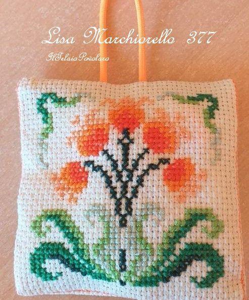 Anche sul  mini cuscinetto di Lisa Marchiorello il fiore di #Parolin ha preso i toni dell'arancio-salmone