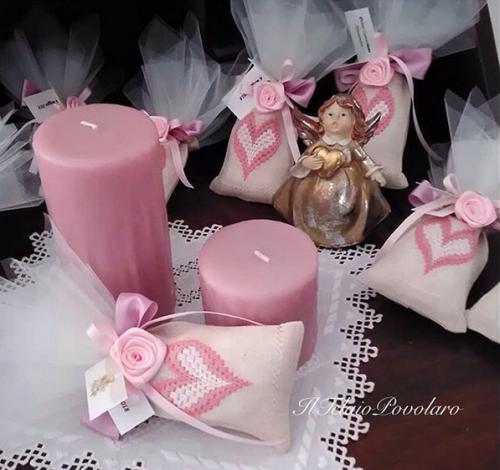 Anche i sacchettini con un grazioso cuore a punto bargello in bianco e rosa sono  bomboniere ...