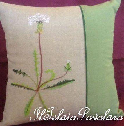 Un tarassaco col suo fiore un po' ''sfiorito'', a punto croce,  per un cuscino che sa tanto di primavera