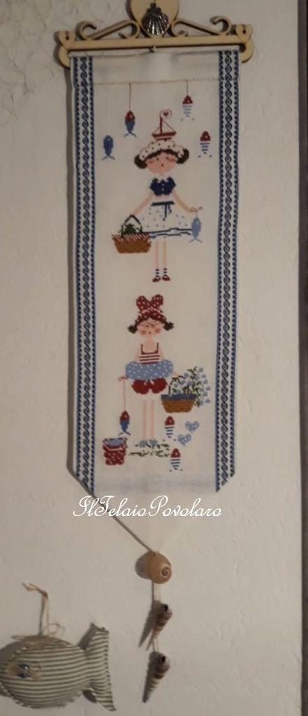 Azzurro mare, ma non solo, anche per il pannellino col motivo di Lilli Violette dedicato a ... ''Giorni di mare''