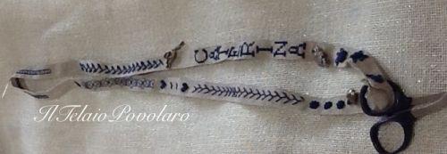Per chi ricama può essere molto utile anche un piccolo bordo in lino da tenere al collo come solo portaforbice -