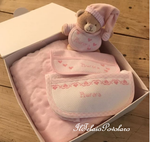 Due bavaglini, una copertina ed un simpaticissimo  orsetto doudou per la piccola Aurora