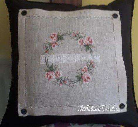 ... E rose siano, anche sul cuscino nero con pannellino ricamato e abbottonato