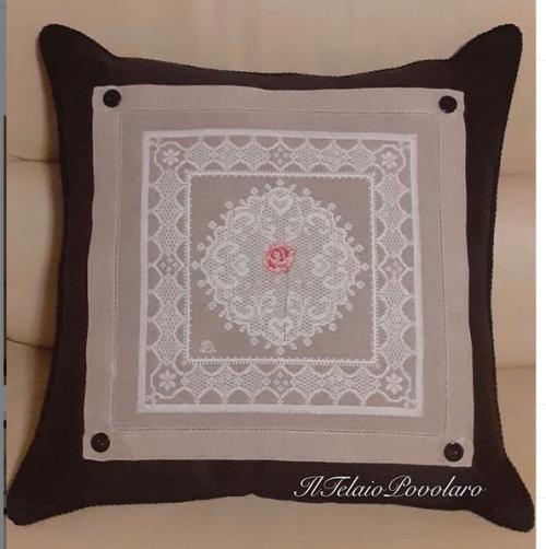 Un motivo  effetto pizzo con una rosa centrale, della UBdesign per un  cuscino raffinato