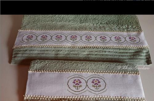 Ancora una coppia di asciugamani con bordo, applicato e ricamato