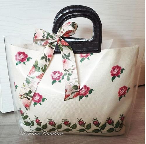 Rose e boccioli a punto croce  per una borsa ... dal sapore romantico