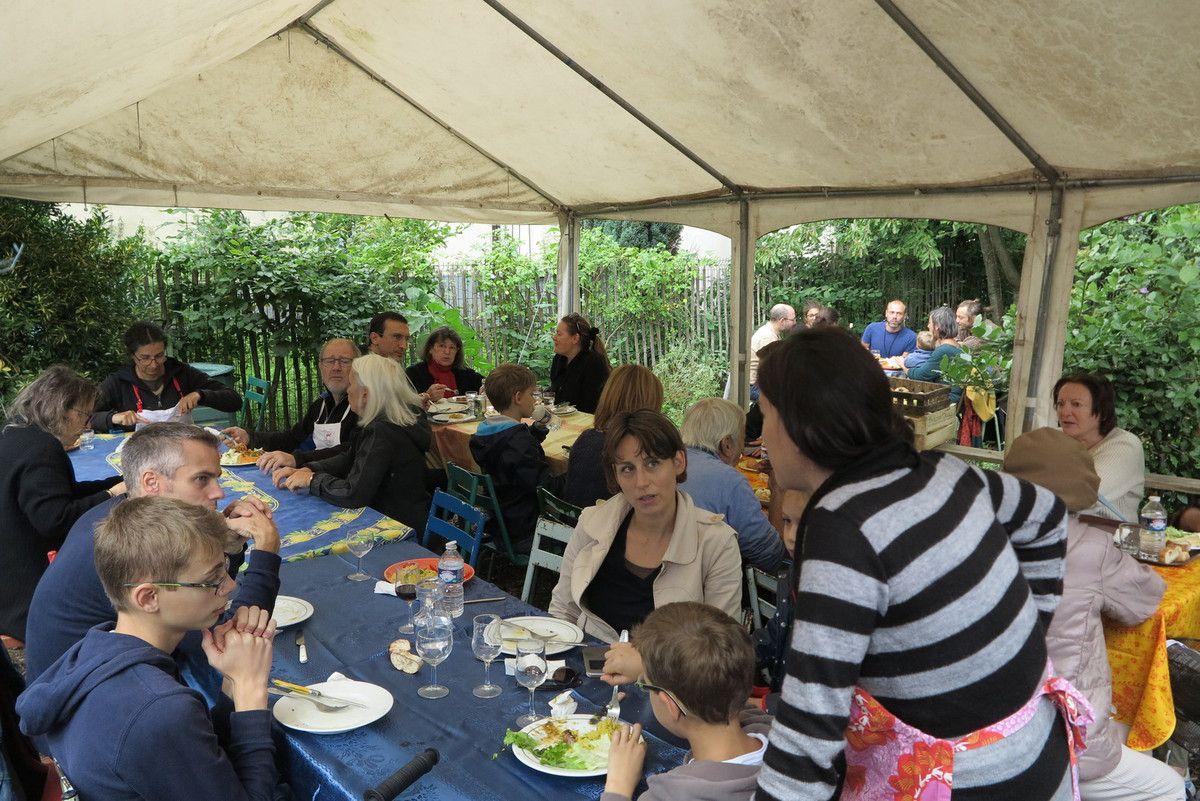 Du samedi matin au dimanche soir nous avons eu le temps d'apercevoir quelques boudins noirs dans le ciel et des saucisses au piment d'Espelette dans les assiettes !pas une goutte d'eau !Week end très chaleureux et fructueux bonne ambiance en cuisine comme on aime !bravo à tous les adhérents présents et merci aux visiteurs qui gouteront avec gourmandise nos confitures d'été et miel du verger .