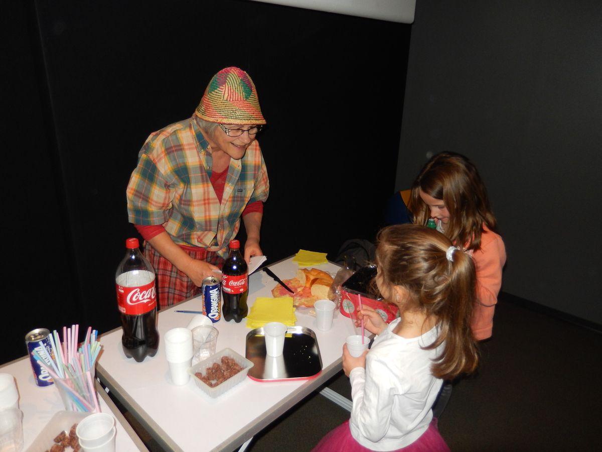 Christine, notre responsable animation, en « George » clown, eh ! Chapeau ! Michèle et Elisabeth, les « dynamiques » caissières  avec Guy, le minion projectionniste !