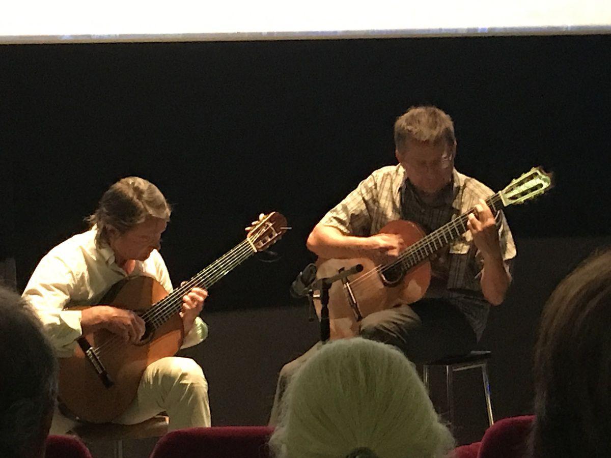 Photos de l'instant musical duo de guitare avec Philippe Charpentier et son élève Pierre Opportune.