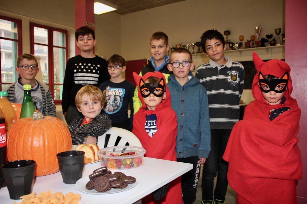Le tournoi d'échecs d'Halloween à Orange : 11 joueurs et 2 petits diables!