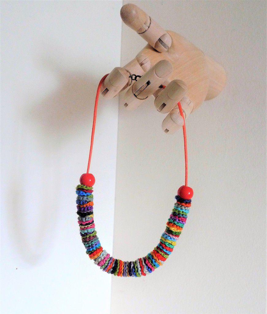collier et boucles au crochet, sacs en coton d'ameublement, broche tissée, boucles d'oreille réalisées à partir d'un ancien jeu de société anglais