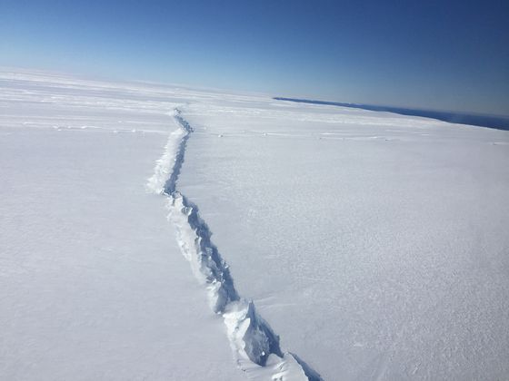 Une vaste fissure inusitée en Antarctique (la fissure fait 70 miles de long)