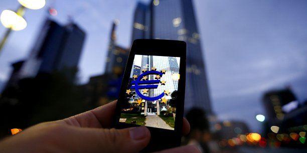 Il sera bientôt possible de payer depuis son smartphone un autre particulier en utilisant son seul numéro de mobile, en euro et de façon instantanée. (Crédits : Reuters)
