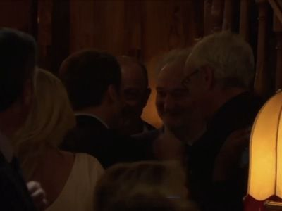 Soirée privée à La Rotonde : congratulé comme le nouveau président français, Emmanuel Macron reçoit des personnalités du spectacle et surtout du CAC40, le soir du premier tour de l'élection. Ici en discussion avec son ami, le banquier Jacques Attali.