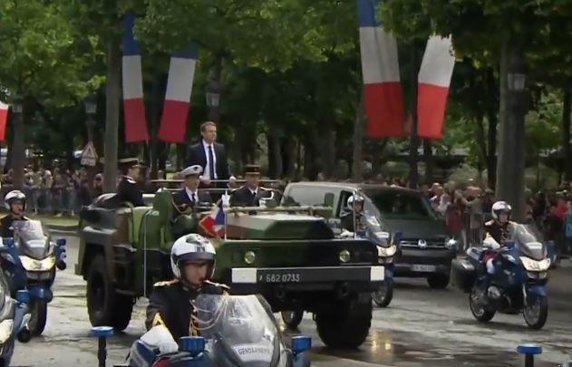 Jamais un autre président de la République n'avait osé un tel défilé, pas même De Gaulle (qui lui était général au moins).