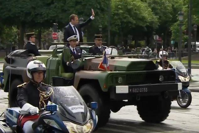 """MAJ: L'image du jour: """"le chef de guerre Macron"""" remonte les Champs-Élysées...en véhicule militaire en saluant une foule inexistante !!!"""