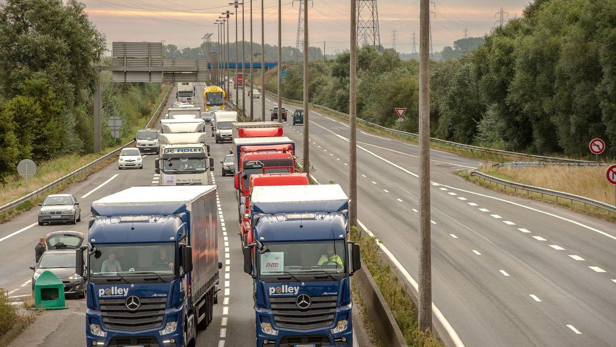 La grève des conducteurs de camions de carburant, très suivie en Ile-de-France = 70%