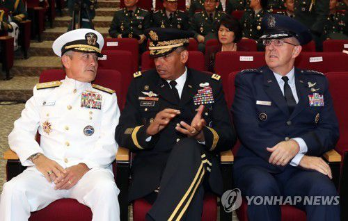 De gauche à droite : Harry Harris, chef du Commandement du Pacifique des Etats-Unis, Vincent K. Brooks, commandant en chef de l'USFK, et John Hyten, à la tête du Commandement stratégique de l'armée américaine. (Photo d'archives Yonhap)