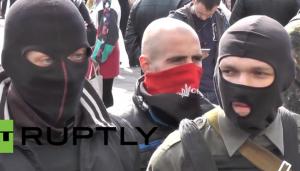Les membres d'une milice d'extrême-droite manifestent à l'extérieur du parlement ukrainien à Kiev. (Capture d'écran de la vidéo RT via la vidéo YouTube)