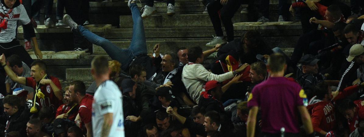Amiens Ligue-1 une barriere de tribune cède entrainant la chute de plusieurs supporters (ville de Macron)
