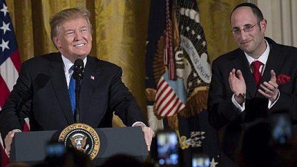 Le président américain Donald Trump s'exprime aux côtés du rabbin Meir Soloveichik, à droite, lors d'une soirée de Hanoukka dans la salle Est de la Maison-Blanche, à Washington, le 7 décembre 2017 (AFP PHOTO / SAUL LOEB).
