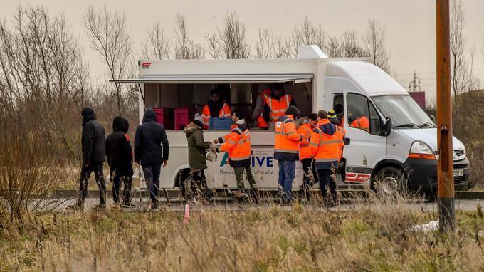 À Calais, les migrants boycottent les repas distribués par l'État (IMAGES)