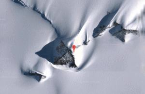 près d'une zone ou des pyramides ont été découvertes depuis 2013…mais aussi en 1938-39 lors de l'expédition allemande Antartique. Mais cela,les savants rationalistes bien payé dans nos université n'y croient pas ! Ça les dérange!