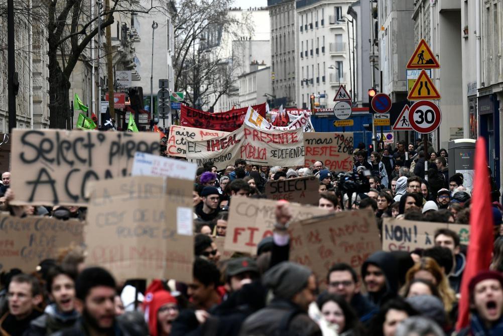 Manifestation à Paris: un avertissement, mais pas de quoi faire reculer Macron
