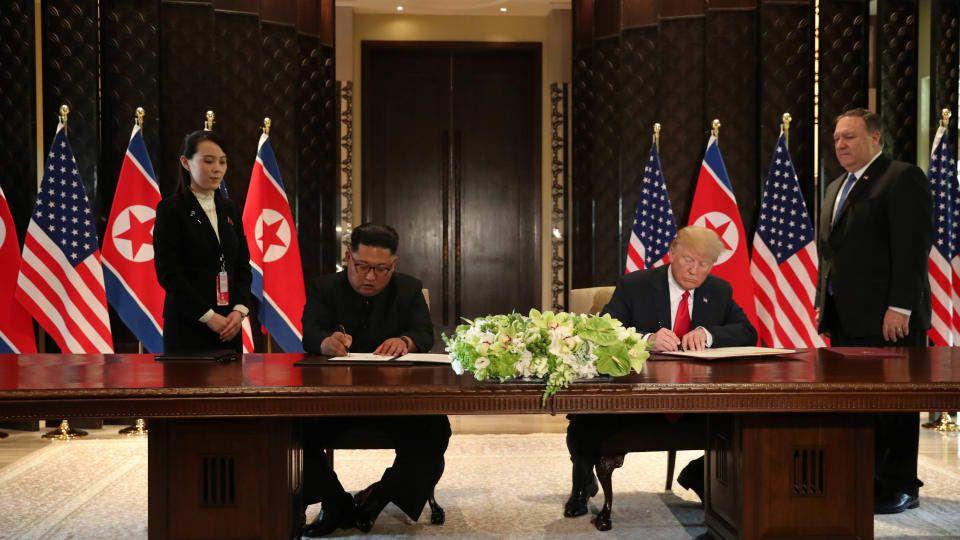 Séance de signature du président des États-Unis, Donald Trump, et du dirigeant nord-coréen Kim Jong-un après leur sommet à Singapour, sous le regard de Kim Yo-jong et Mike Pompeo. Photo : Reuters/Jonathan Ernst