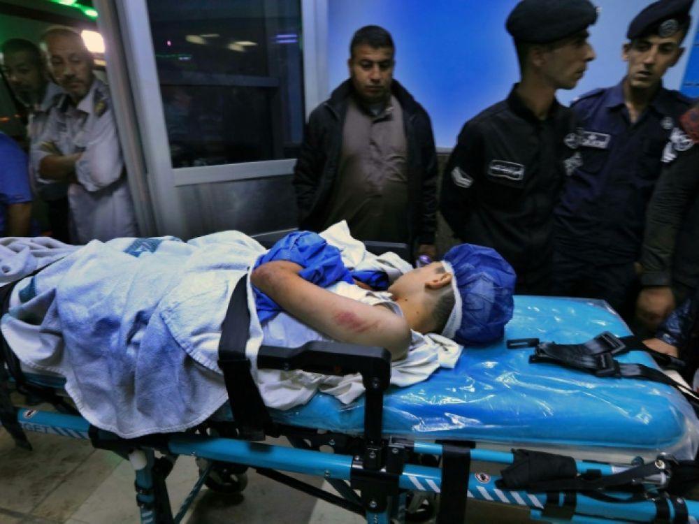 Un écolier blessé est pris en charge dans un hôpital après un accident de bus scolaire emporté par des pluies diluviennes, près de la mer Morte en Jordanie, le 25 octobre 2018 AFP - Khalil MAZRAAWI
