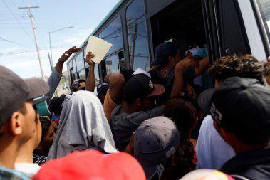 Reportage de Fox News: Des autobus offrent du transport aux migrants sur la route du Mexique vers les États-Unis + L'armée américaine disposera d'une force réelle pouvant aller jusqu'à 14 000 hommes, prête à intervenir à la frontière méridionale avec le Mexique, y compris le déploiement prévu de 7 000 personnes supplémentaires dans des réserves en disponibilité 24 heures sur 24