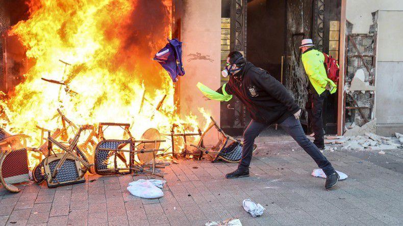 Scène en marge de la manifestation parisienne des Gilets jaunes le 16 mars 2019.