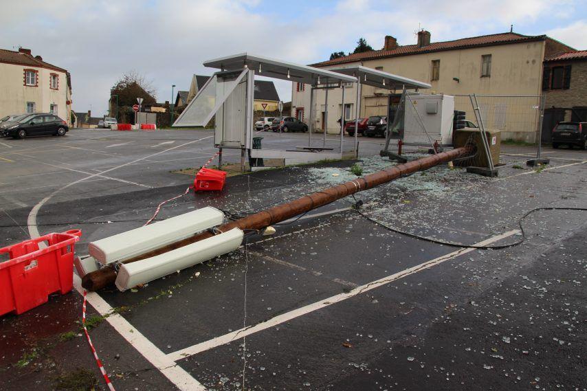 Place du champ de foire, l'antenne de téléphonie Orange, installée provisoirement, est tombée. (©Laurent Renon)