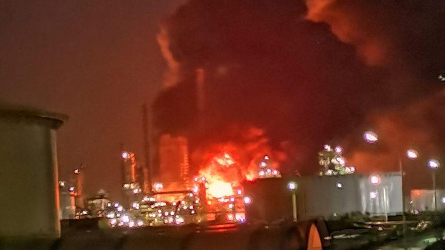 Encore : Gros incendie dans une raffinerie Total près du Havre (la plus grande de France), les habitants doivent rester confinés !