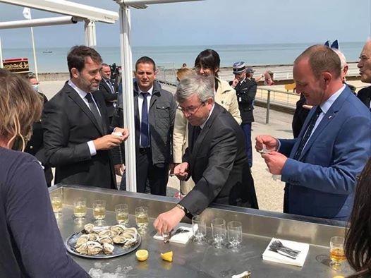 Je rediffuse cette photo, les bars et restaurants sont fermés et samedi 16 mai 2020, notre ministre de l'intérieur avec sa cour déguste des huîtres et du vin sur la plage .