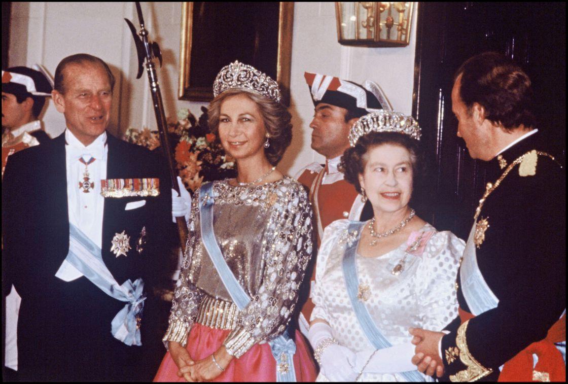 Exil de Juan Carlos : pourquoi Elizabeth II suit de très près l'affaire