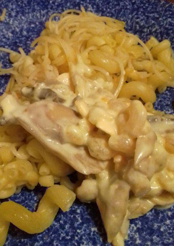 Méli-mélo de pâtes aux crevettes crémeuses au curcuma et champignons