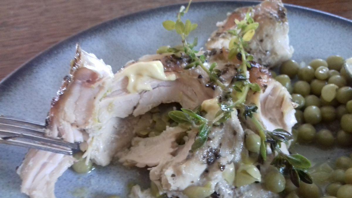 Filet de poulet au pesto et petits pois au thym citron