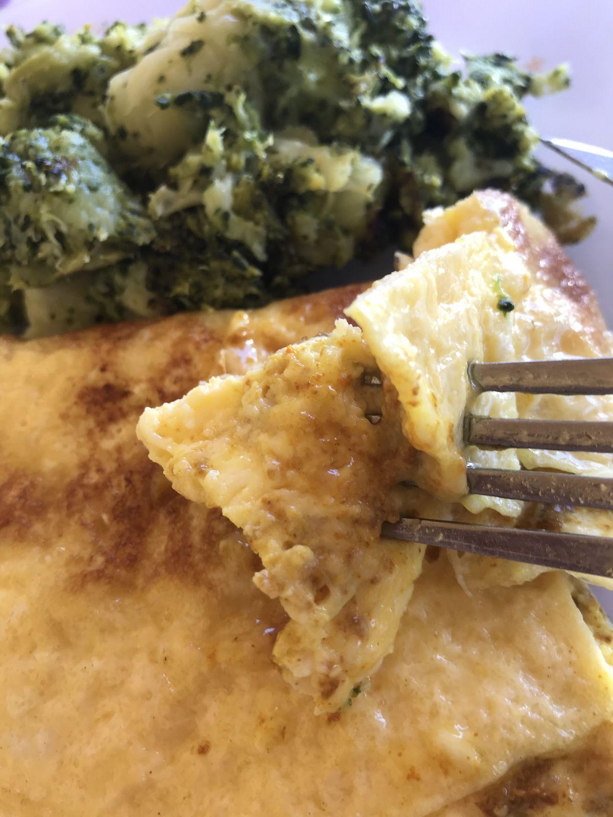 Omelette au chèvre, curcuma et emmental