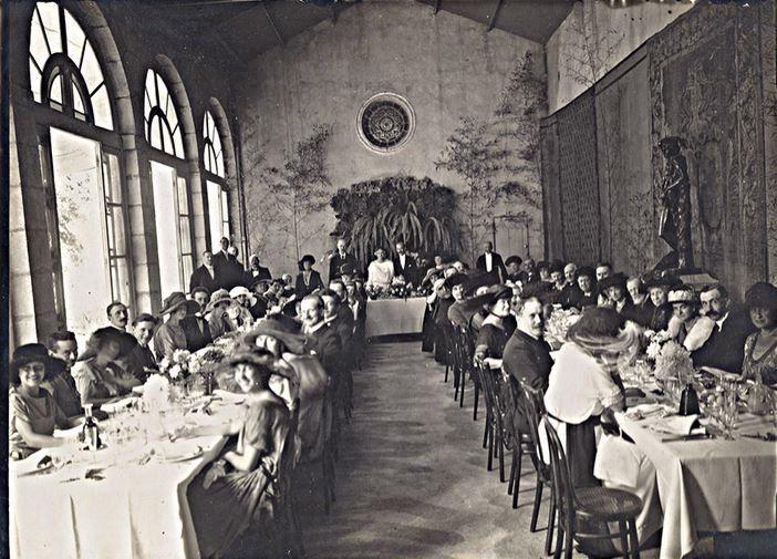 Banquet de mariage dans l'orangerie du château d'Alphéran (1921) (Photo Wikimedia commons)