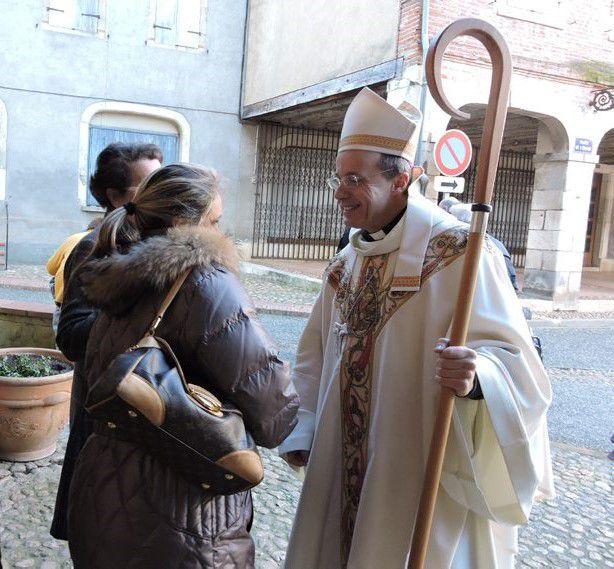 Mgr Eychenne portant sa crosse à la rencontre de ses brebis