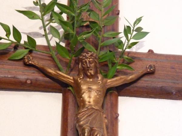 Dans les maisons la coutume est d'orner les crucifix de rameaux bénis.