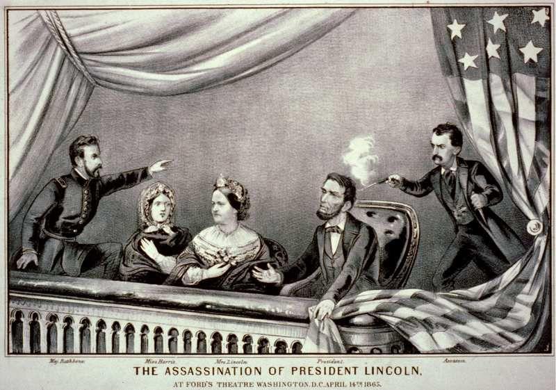 Gravure de Currier and Ives ; de gauche à droite : Henry Rathbone, Clara Harris, Mary Todd Lincoln, Abraham Lincoln et John Wilkes Booth, l'assassin d'Abraham Lincoln en 1865. Wikipédia CC.