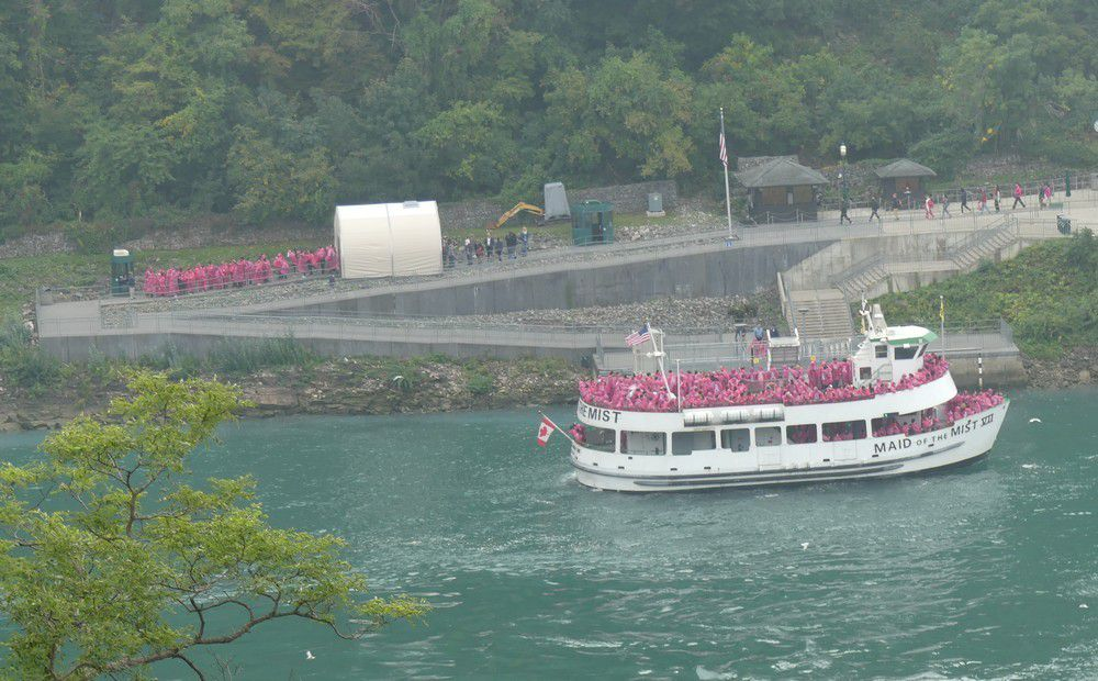 Promenade en bateau au pied des chutes de Niagara..;
